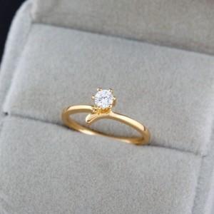 Простенькое колечко с одним круглым камнем и покрытием из арабского золота фото. Купить