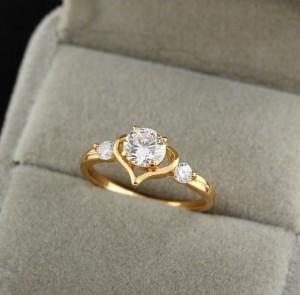 Нежное кольцо в форме сердца с прозрачными цирконами и качественным золотым покрытием фото. Купить
