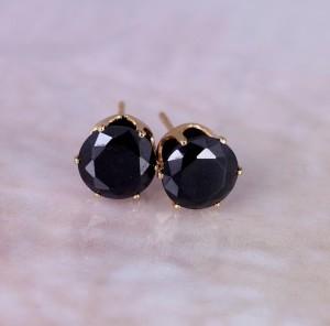 Повседневные серьги-гвоздики с чёрным цирконом в высокой позолоченной оправе купить. Цена 39 грн или 125 руб.