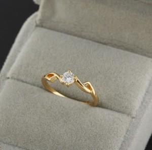 Нежное колечко с маленьким круглым камнем и золотым напылением купить. Цена 99 грн или 310 руб.