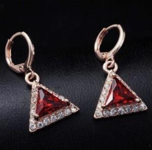 Подвесные серьги «Гротеск» с красным треугольным камнем в позолоченной оправе фото. Купить