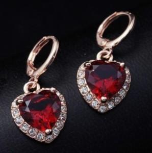 Оригинальные серьги «Страсть» в форме сердечка с красным камнем в позолоченном металле купить. Цена 120 грн или 375 руб.