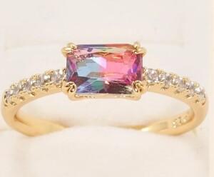 Очаровательное кольцо «Радужное» с переливающимся цирконом в тонкой оправе купить. Цена 185 грн
