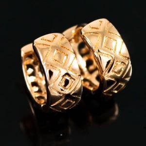 Небольшие серьги-кольца «Рубикон» с ромбовидным узором и высококачественной позолотой фото. Купить