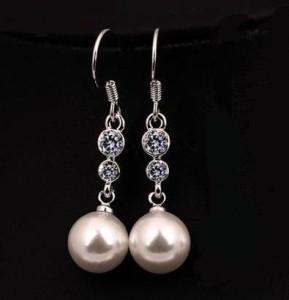 Простенькие серьги «Classic» с белой жемчужиной, кристаллами Сваровски и платиновым напылением купить. Цена 175 грн или 550 руб.