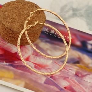 Круглые серьги-кольца с лазерной насечкой и 18-ти каратным золотым покрытием фото. Купить