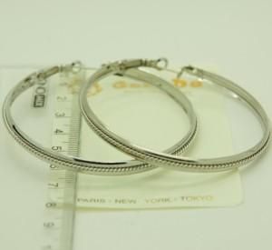 Массивные широкие серьги-кольца в серебристом металле с цепочкой посередине купить. Цена 40 грн