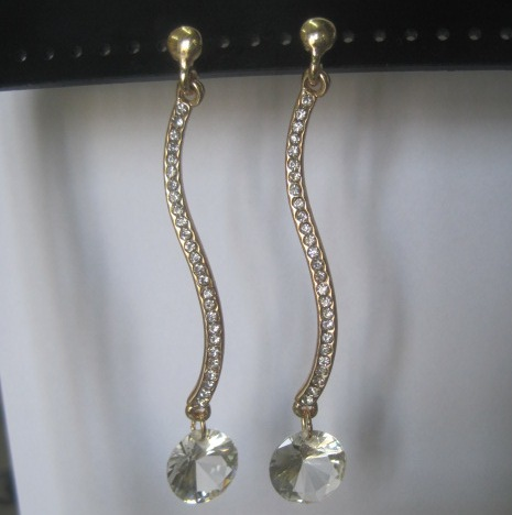 Волнистые серьги «Карамельки» в виде ленты из страз с висячим круглым кристаллом купить. Цена 59 грн