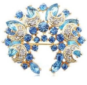 Великолепная брошь «Ореол» в виде венка с синими и голубыми стразами фото. Купить
