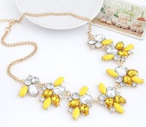 Яркое жёлтое ожерелье «Кокетка» с пластиковыми камнями и стразами на жёлтой цепочке фото. Купить