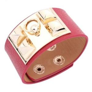 Красный браслет «Hermes» из искусственной кожи с золотыми шипами фото. Купить