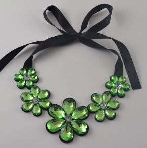 Зелёное ожерелье «Хрустальные цветы» из крупных камней в виде пяти разновеликих цветов купить. Цена 155 грн или 485 руб.