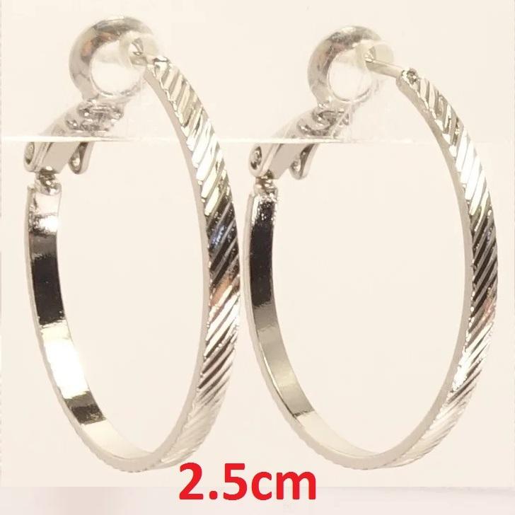 Небольшие плоские серьги-кольца с косой насечкой и родиевым покрытием купить. Цена 99 грн
