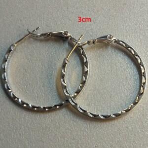 Серебристые серьги-кольца с боковым узором в виде волн купить. Цена 110 грн