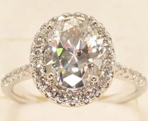 Нарядное кольцо «Констанция в белом» с овальным фианитом в серебристой оправе купить. Цена 185 грн
