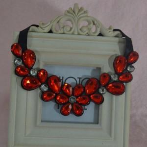 Широкое ожерелье «Капитолина» из красных камней в форме цветков на чёрной тканевой основе купить. Цена 155 грн или 485 руб.