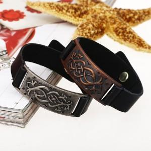 Гладкий браслет из кожи в кельтском стиле с металличечкой планкой с узором фото. Купить