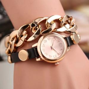 Крутые часы «Quartz» с чёрным ремешком, комбинированным с крупной золотой цепью фото. Купить