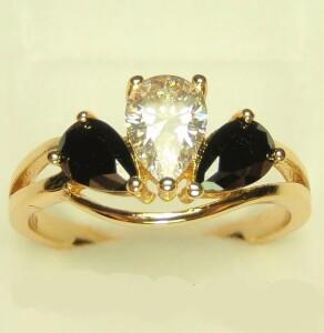 Двухцветное кольцо «Трио» с белыми и чёрными цирконами и позолотой фото. Купить