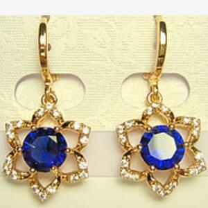 Приятные серьги «Гелиос» в форме позолоченного цветочка с синим камнем купить. Цена 185 грн