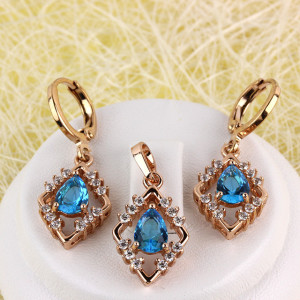 Восхитительный набор «Фаворитка» с красивейшим голубым фианитом в позолоченной оправе фото. Купить