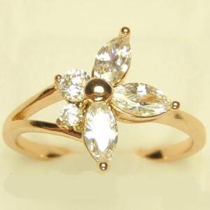Асимметричное кольцо «Трилистник» в форме цветочка из белых фианитов купить. Цена 155 грн