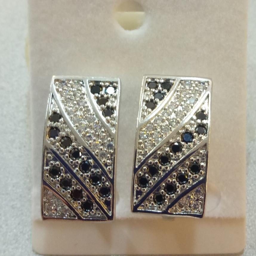Лёгкие серьги «Калькутта» с чёрными и белыми стразами в металле под серебро купить. Цена 135 грн