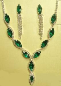 Недорогой набор «Умиление» с серёжками и красивым колье с зелёными камнями фото. Купить