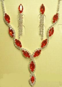 Недорогой набор «Умиление» из колье и серёжек с красными камнями и покрытием под серебро купить. Цена 199 грн