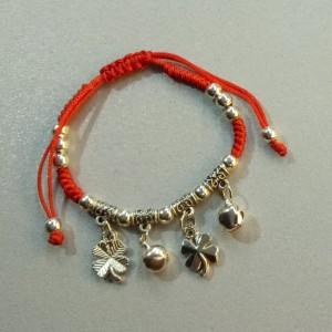 Недорогой браслет «Клевер» в виде красной нити с серебристыми висюльками купить. Цена 49 грн