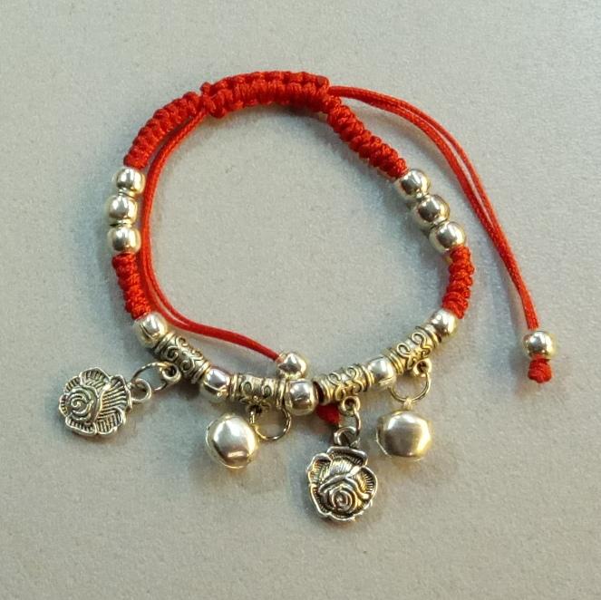 Красный браслет-оберег «Розы» с серебристыми висюльками купить. Цена 49 грн