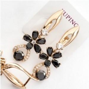 Обаятельные серьги «Аристея» с цветочком из чёрных камней в позолоте купить. Цена 275 грн