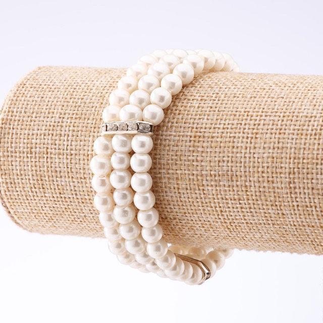 Белый браслет «Полинезия» в виде трёх рядов жемчужных бусин с серебристыми вставками купить. Цена 99 грн