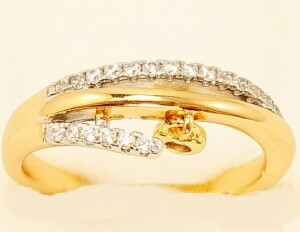 Двухцветное кольцо Линии судьбы» с маленькой висюлькой и мелкими фианитами купить. Цена 225 грн