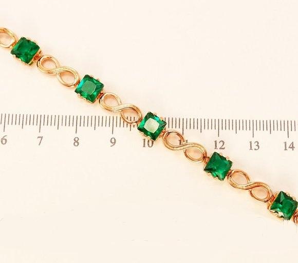 Лаконичный браслет «Травиата» с квадратными зелёными фианитами и золотым покрытием купить. Цена 345 грн