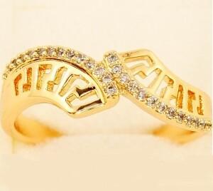 Необычной формы кольцо «Стиль Версаче» с фианитами и золотым покрытием купить. Цена 175 грн