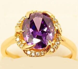 Аристократичное кольцо «Арагон» с крупным фиолетовым цирконом в позолоте купить. Цена 190 грн