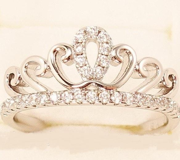 Родированное кольцо «Коронация» в форме короны с бесцветными фианитами купить. Цена 175 грн