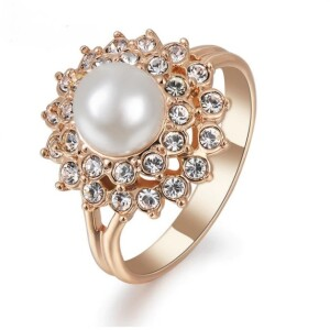 Очаровательное кольцо «Эльвина» с жемчугом в обрамлении из страз и позолоте купить. Цена 235 грн