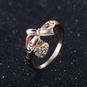 Молодёжное позолоченное кольцо с висюлькой в виде сердца с камнями и надписью «Love» фото. Купить