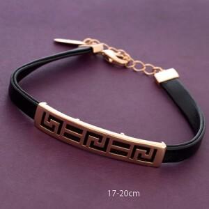 Модный браслет «Тесей» из чёрной экокожи с позолоченной резной планкой фото. Купить