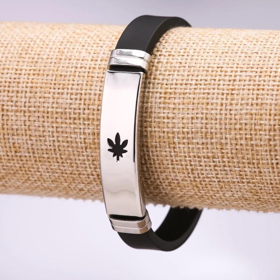 Силиконовый браслет с конопляным листиком на металлической пластине купить. Цена 150 грн