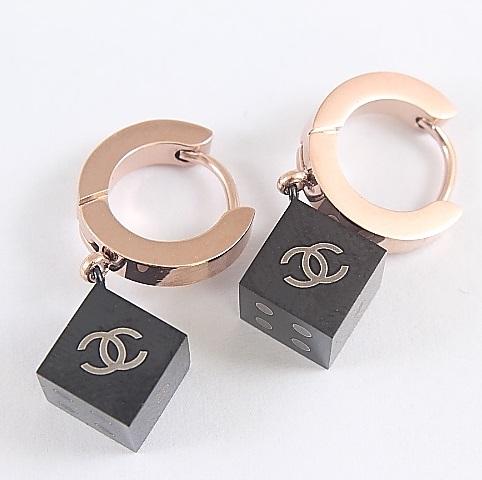 Стильные серьги «Chanel» с фирменной эмблемой на чёрных кубиках купить. Цена 290 грн