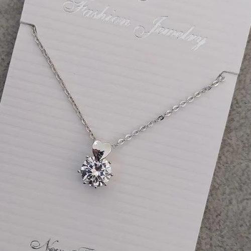 Изысканная подвеска «Сердце на камне» с бесцветным кристаллом в белом металле купить. Цена 145 грн