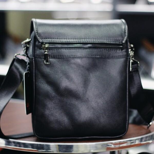 Качественная мужская сумка «Legessy» небольшого размера из гладкой чёрной кожи фото 1