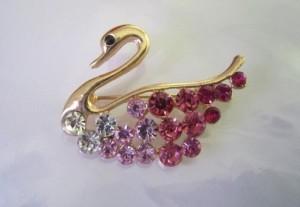 Небольшая брошь «Лебедь» с напылением под золото и бело-розовыми кристаллами Stellux купить. Цена 69 грн