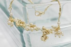 Прекрасный браслет «Грозди» из маленьких жемчужин белого и золотого цветов купить. Цена 78 грн или 245 руб.
