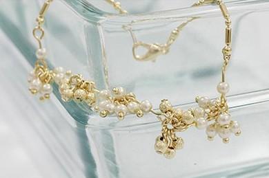 Прекрасный браслет «Грозди» из маленьких жемчужин белого и золотого цветов купить. Цена 78 грн