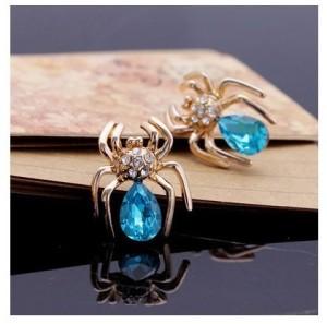 Прикольные серьги «Паучок» с большим голубым камнем и маленькими бесцветными кристаллами фото. Купить