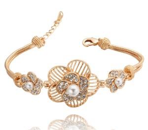 Оригинальный позолоченный браслет «Модница» с тремя цветочками, жемчужинами и кристаллами Сваровски купить. Цена 250 грн